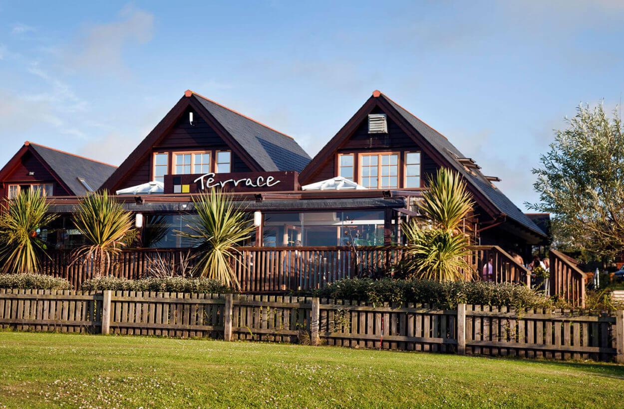 Gwel-an-Mor-Cornwall-Holiday-Resort-Facilities-Terrace-Exterior-04-1250×820