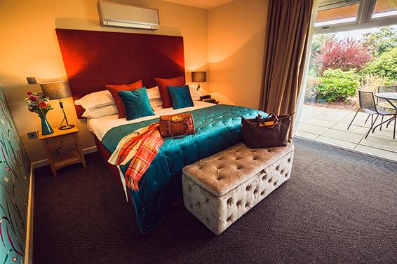 bedrom-image-superior-suite-bedroom-lanhydrock-hotel